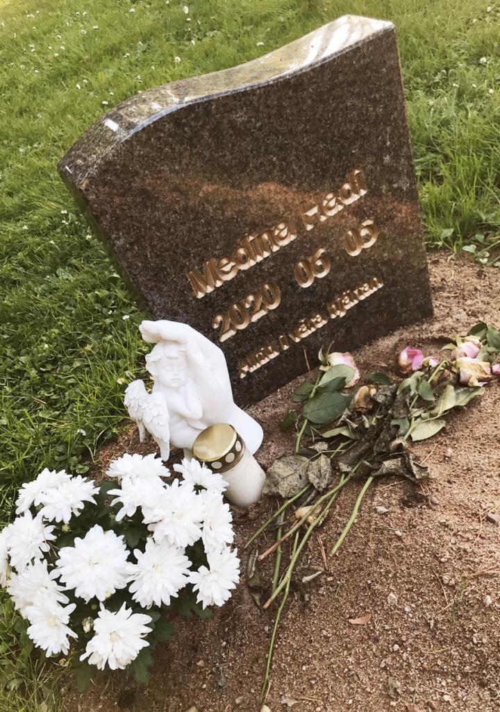 Barnets grav som Sara besöker så ofta hon kan efter jobbet.