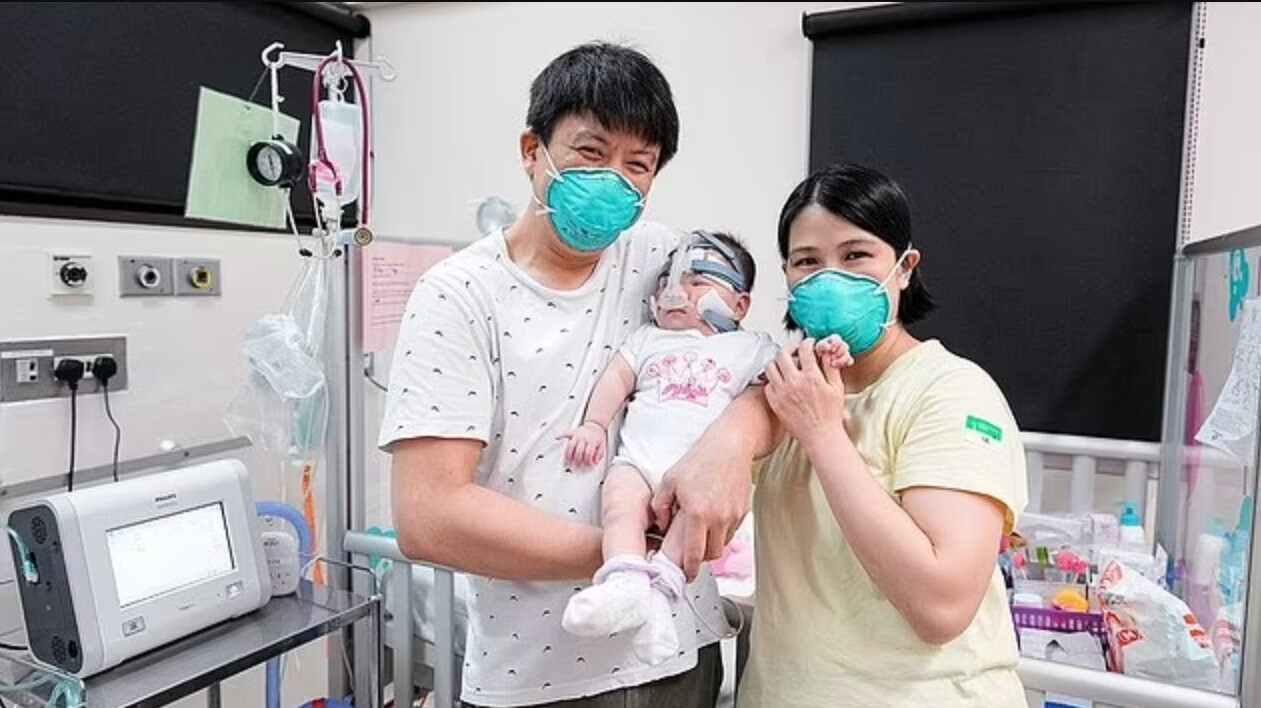 Nu har föräldrarna Kwek Wee Liang och Wong Mei Ling fått hämta hem sin dotter.