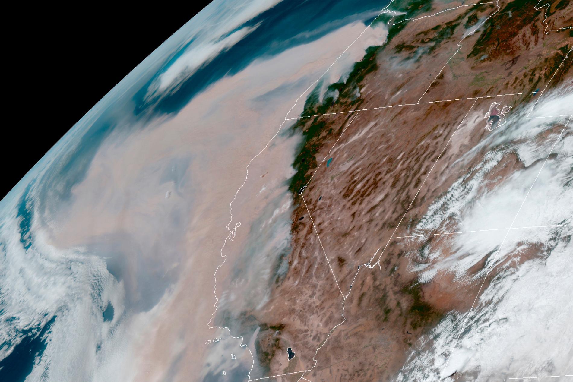 Satellitbild visar brun rök.