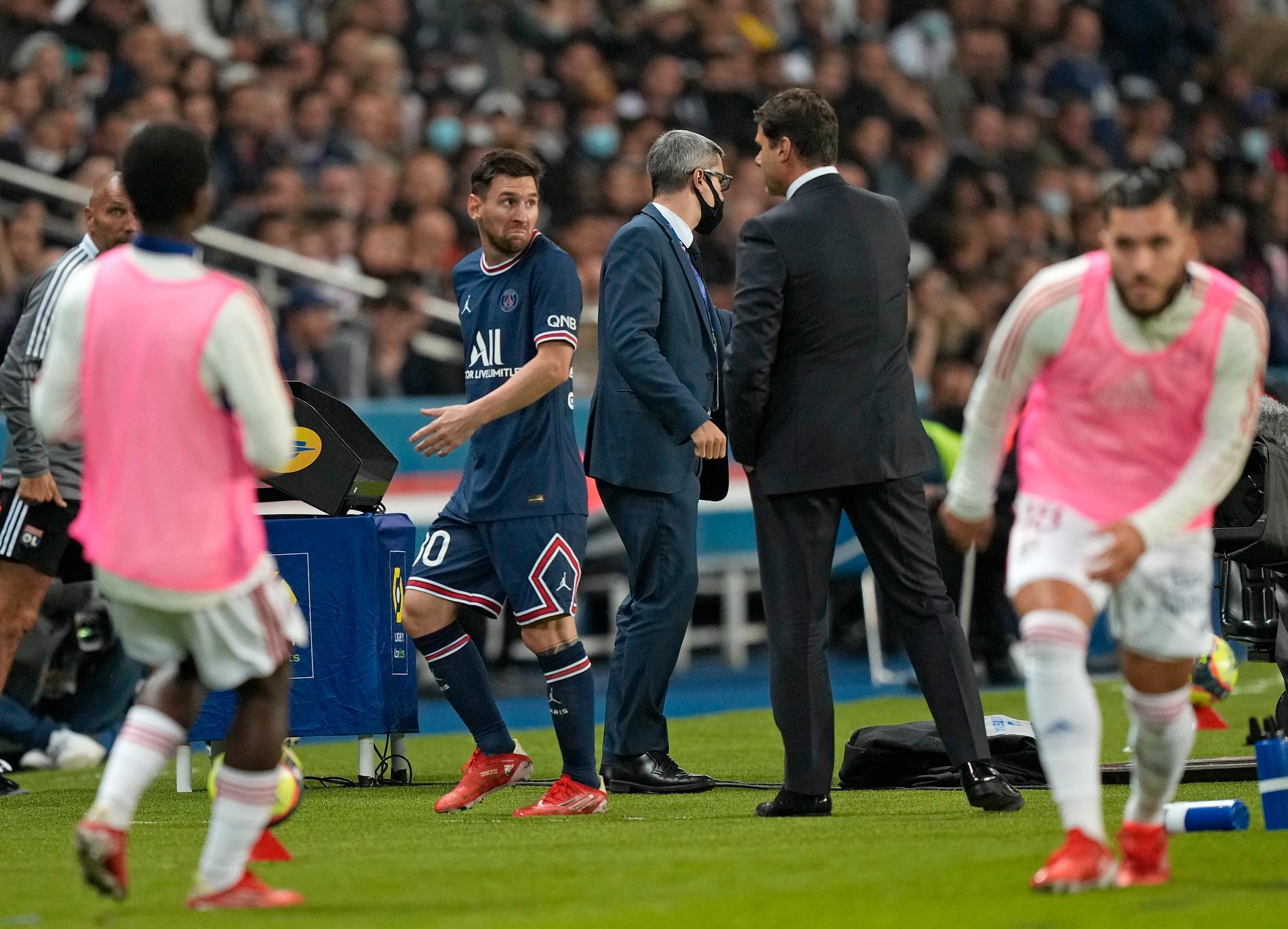 Messi visar sin besvikelse mot Pochettino efter bytet.