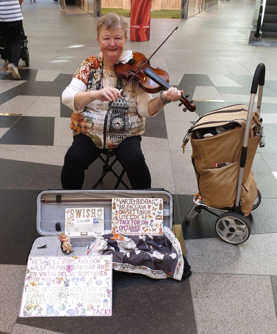 Lillian spelar fiol i Nordstan i Göteborg.