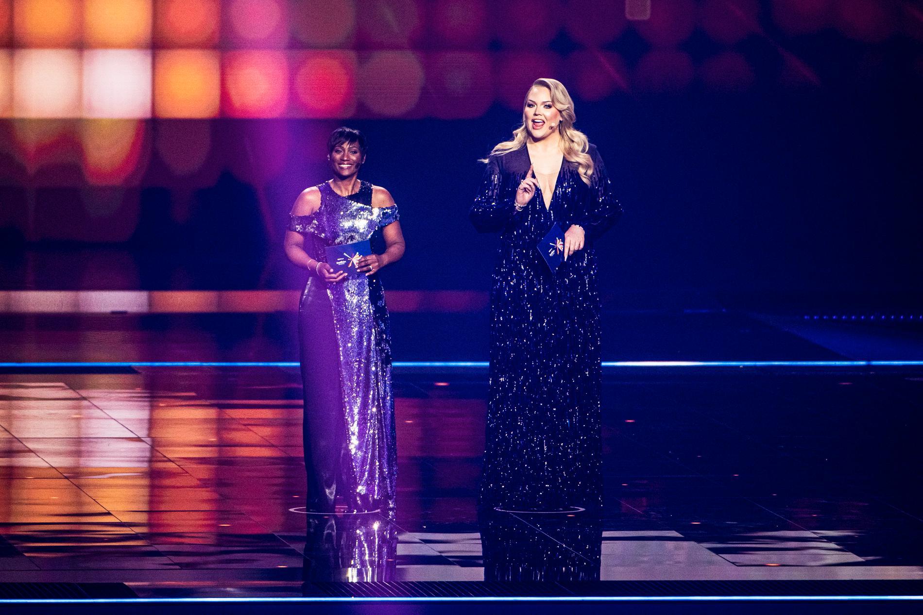 Programledarna Edsilia Rombley och Nikkie de Jager, mer känd som Youtube-profilen Nikkie Tutorials, låter inte Sverige och John Lundvik glömma nederlaget i Eurovision song contest 2019.