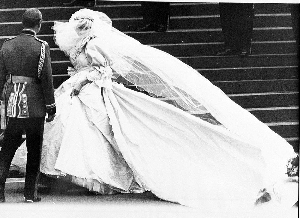 Folk jublade när prinsessan Diana klev ur droskan vid St Pauls katedral. Ingen hade någonsin sett en maffigare brudklänning. Diana var en sensation.