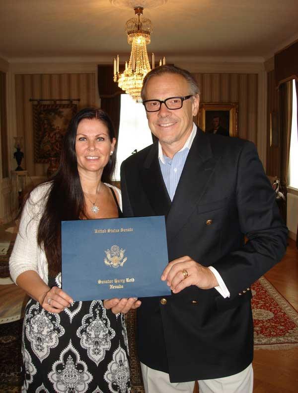 Anders och Gunilla Mjärdsjö firar USA:s nationaldag och får fin hälsning.