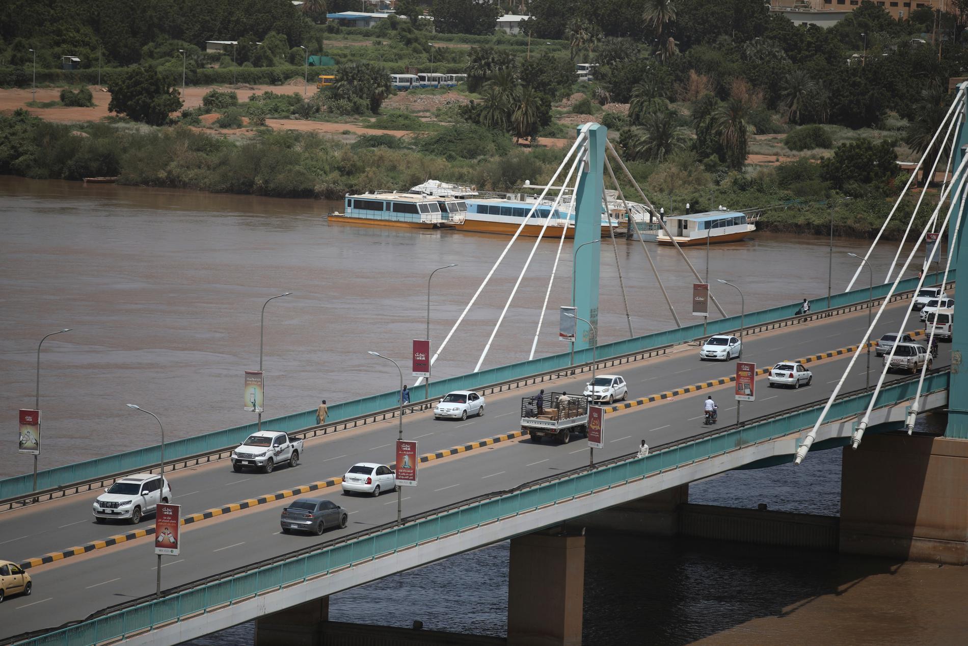 Bron som binder tvillingstäderna Omdurman och Khartum stängdes tidvis efter kuppförsöket – dock inte när denna bild togs.
