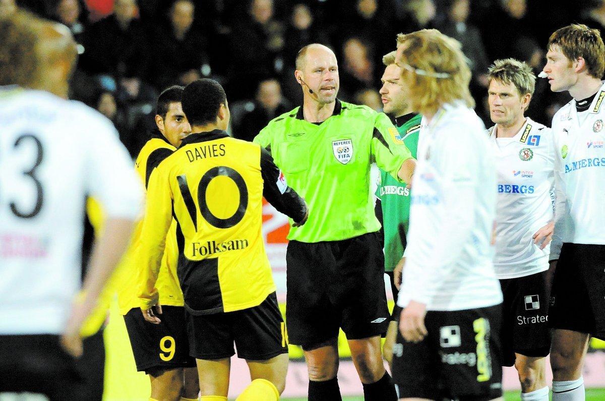 ARMBÅGEN Långt från spelet och domaren Martin Hansson slog Charlie Davies till med armbåge på Michael Almebäck (till höger).