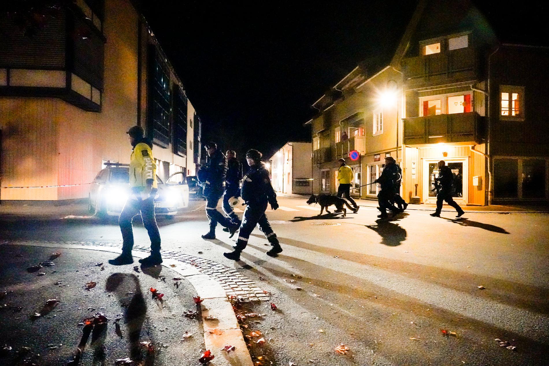 Polisen söker igenom centrum i Kongsberg.