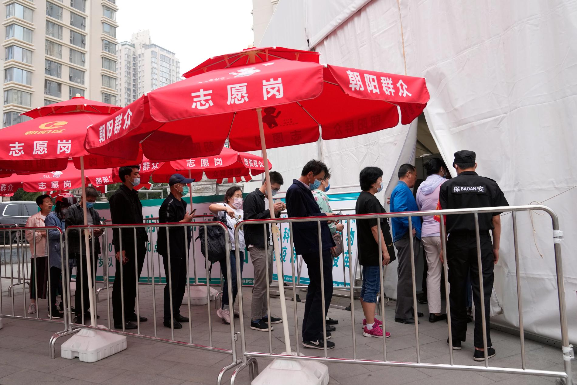Kö till vaccinering i Peking. Bild från i juni.