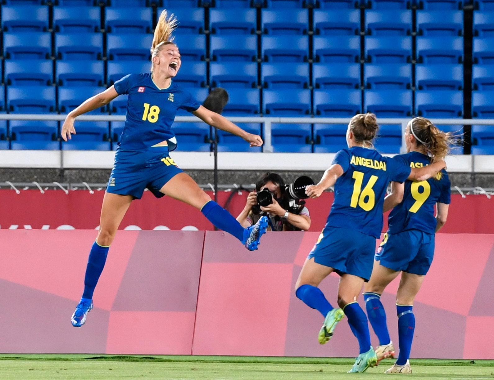 Fridolina Rolfö jublar efter att ha gjort 1–0 måndagens semifinal i damernas fotboll mellan Australien och Sverige.