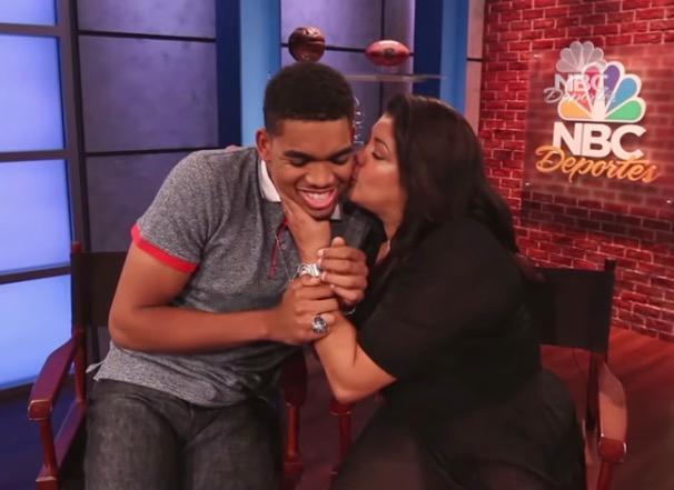 Mamman och sonen vid en tv-intervju.