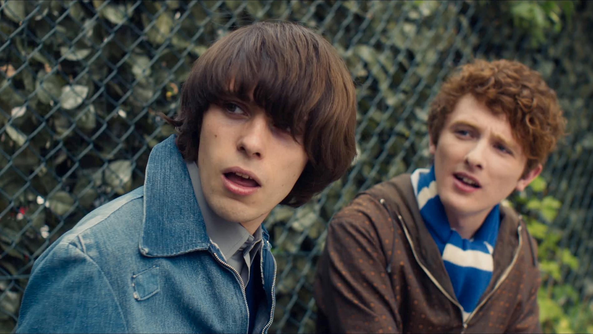 De tonåriga versionerna av Primal Scream-sångaren Bobby Gillespie och Creation-grundaren Alan McGee spelas av Ciaran Lawless och Leo Flanagan.