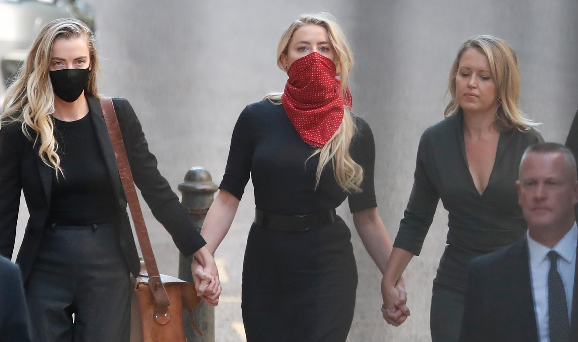 Amber Heard anländer till domstolen i London.