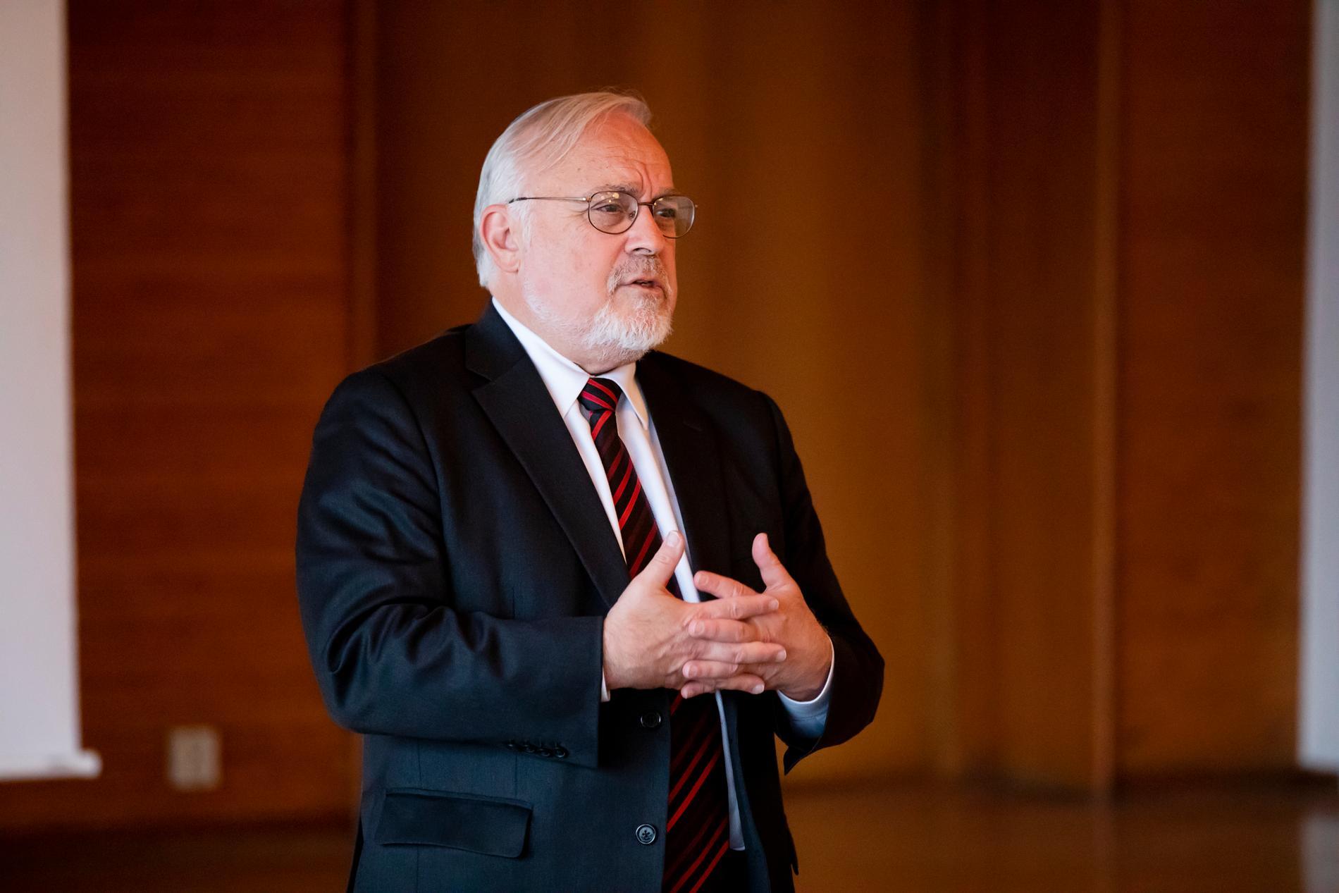 Rabbinen Abraham Cooper från människorättsorganisationen Simon Wiesenthal center på besök på Karolinska för att prata om de påstådda trakasserierna.
