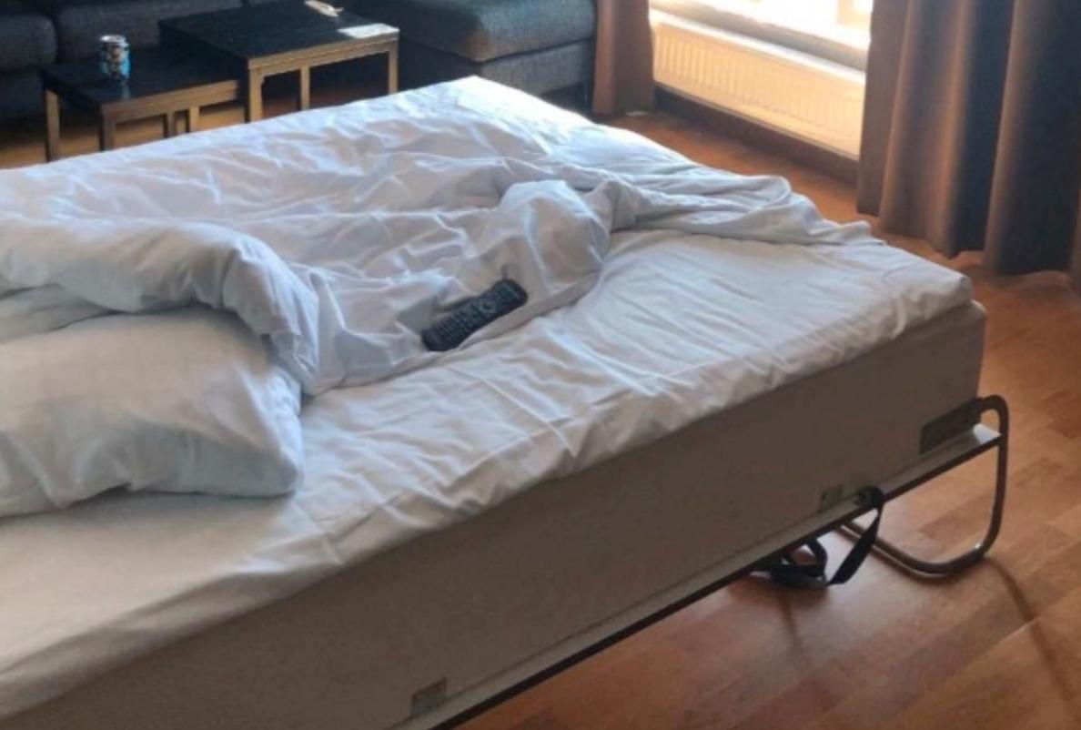 Vid ett tillfälle våldtog han flickan på ett hotellrum i Borlänge, enligt åtalet.