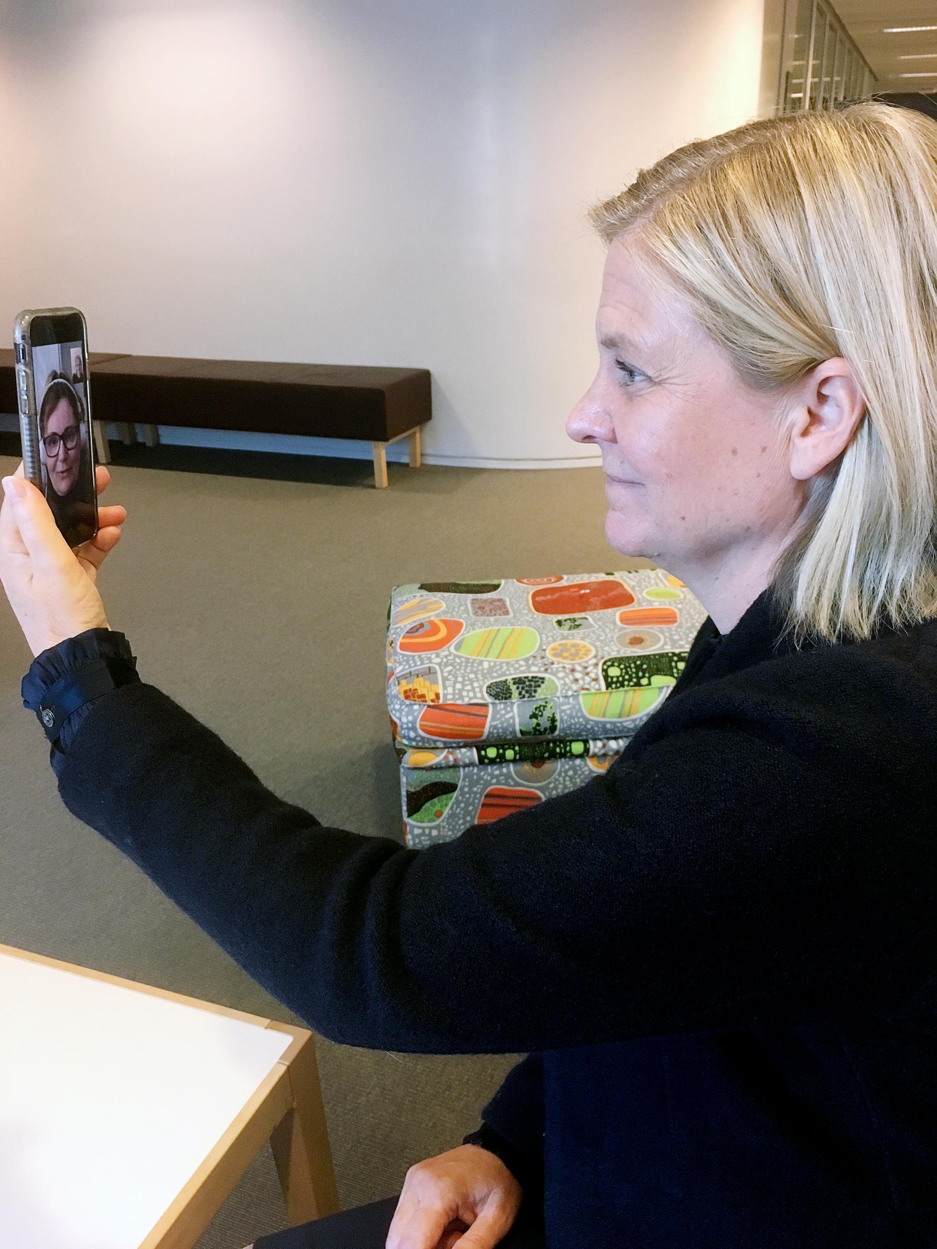 Magdalena Andersson intervjuas av Anette Holmqvist över videosamtal.