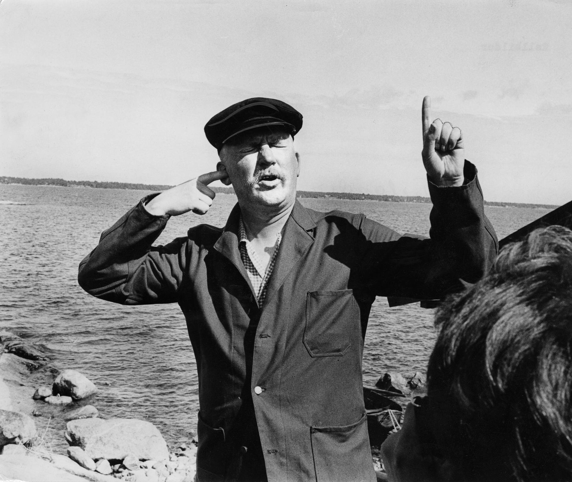"""Hasse Alfredso som Albert Garbo i """"Att angöra en brygga"""", 1965."""