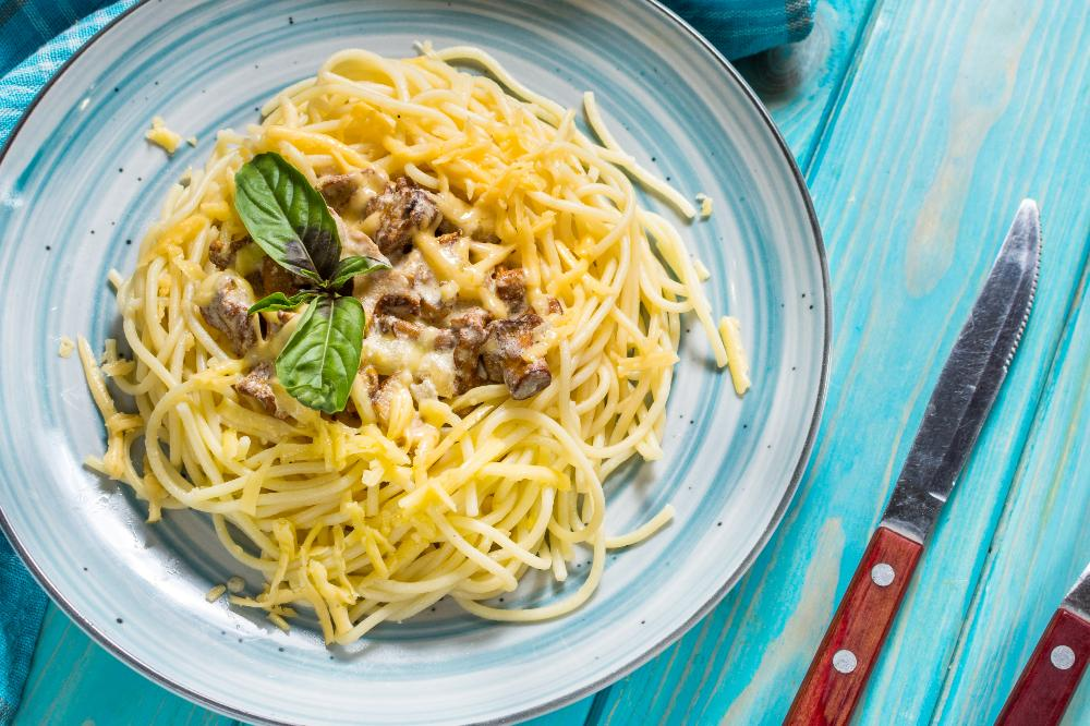 Bjud på pasta med härlig kantarellsås.