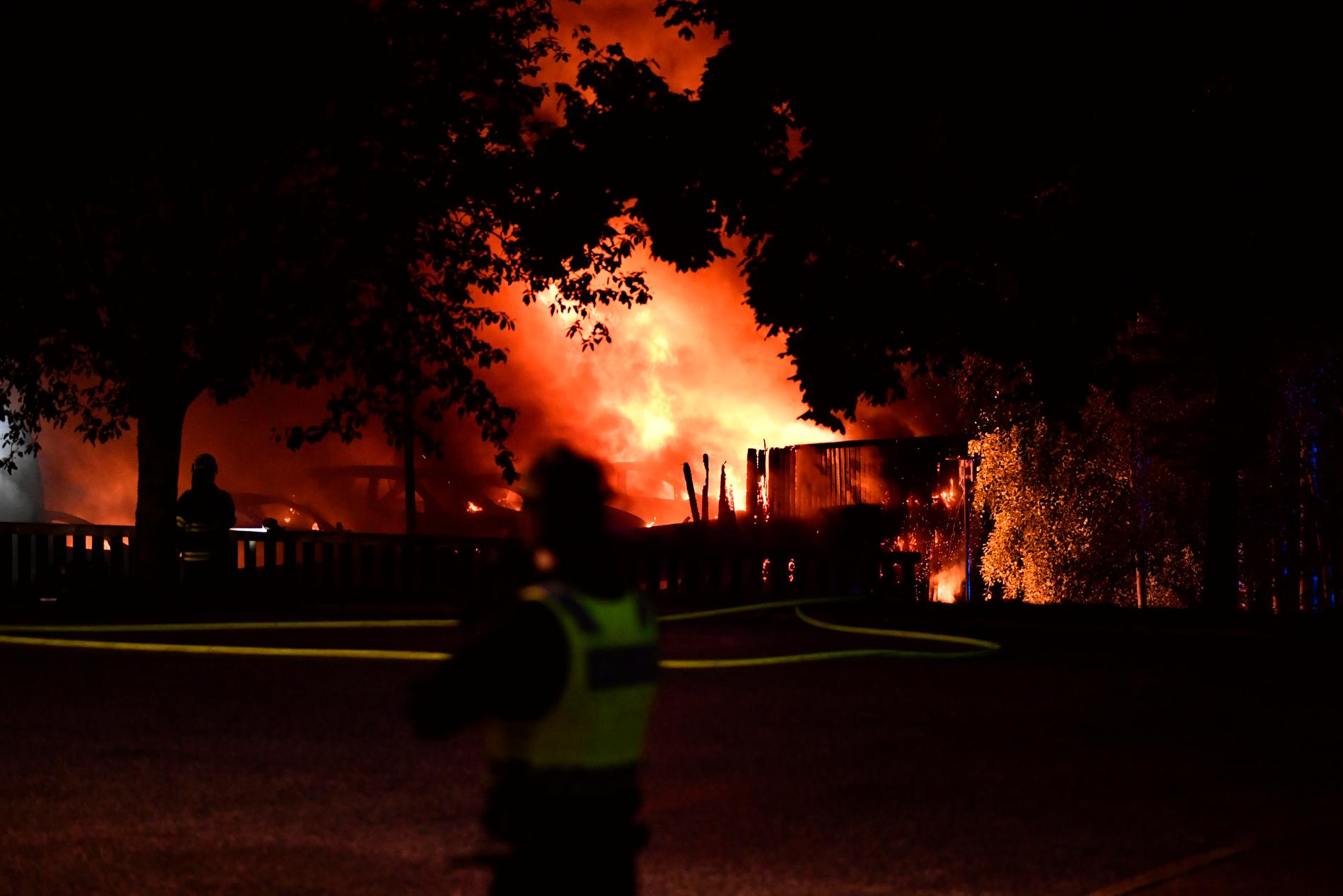 Bilar brinner i ett garage i Märsta.