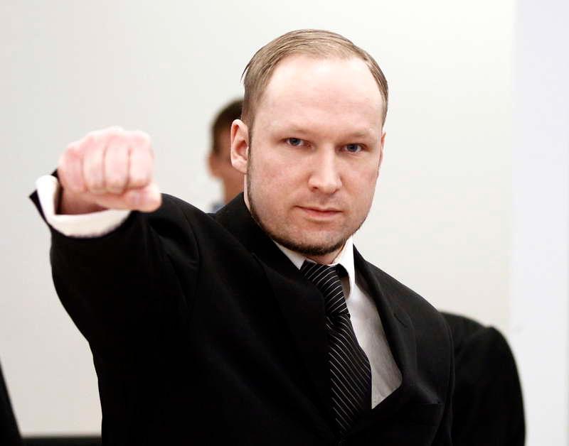 Anders Behring Breivik gör en högerextrem hälsning under den pågående rättegången i Oslo.