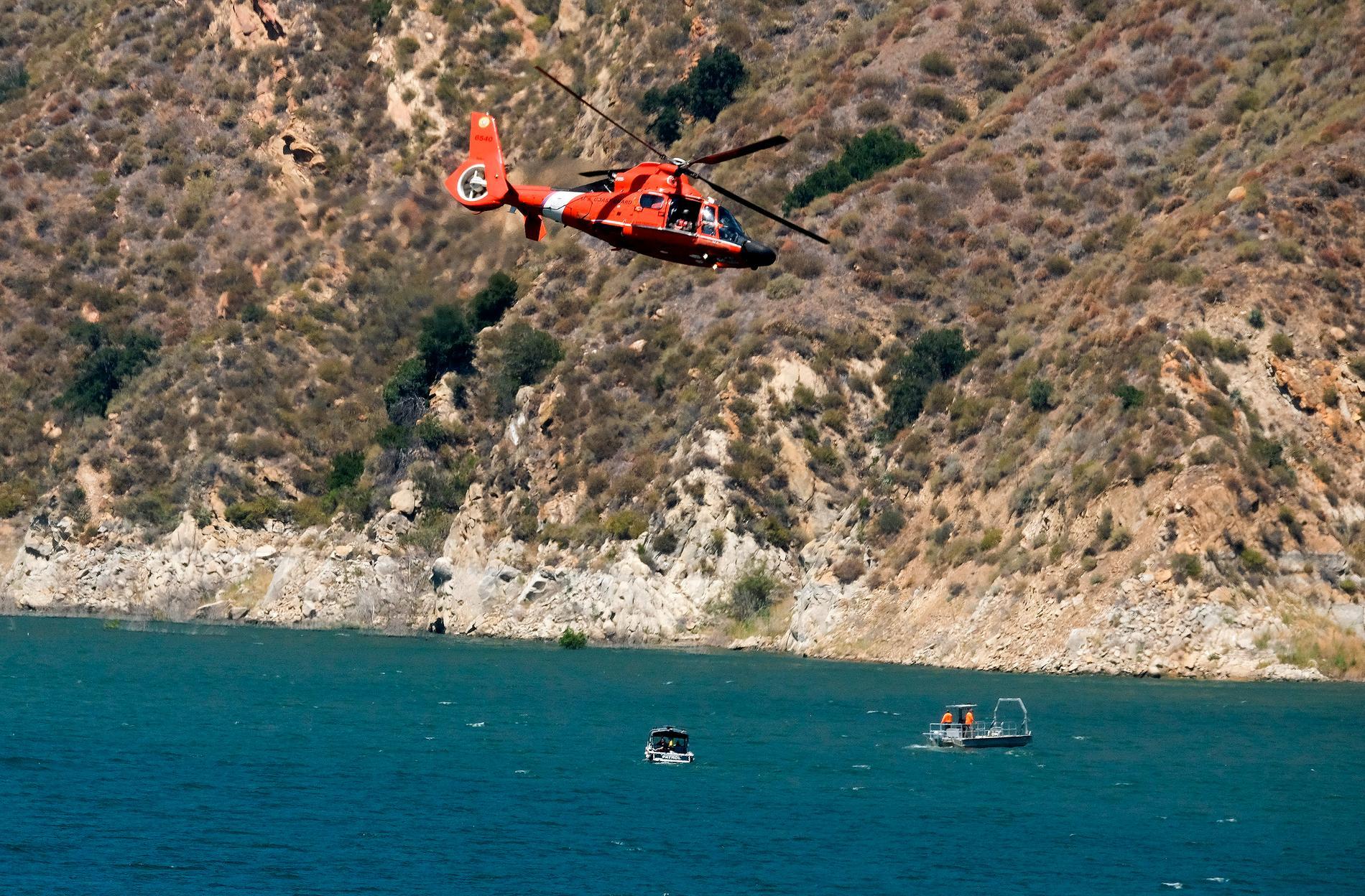 Både helikoptrar och båtar har använts i sökandet.