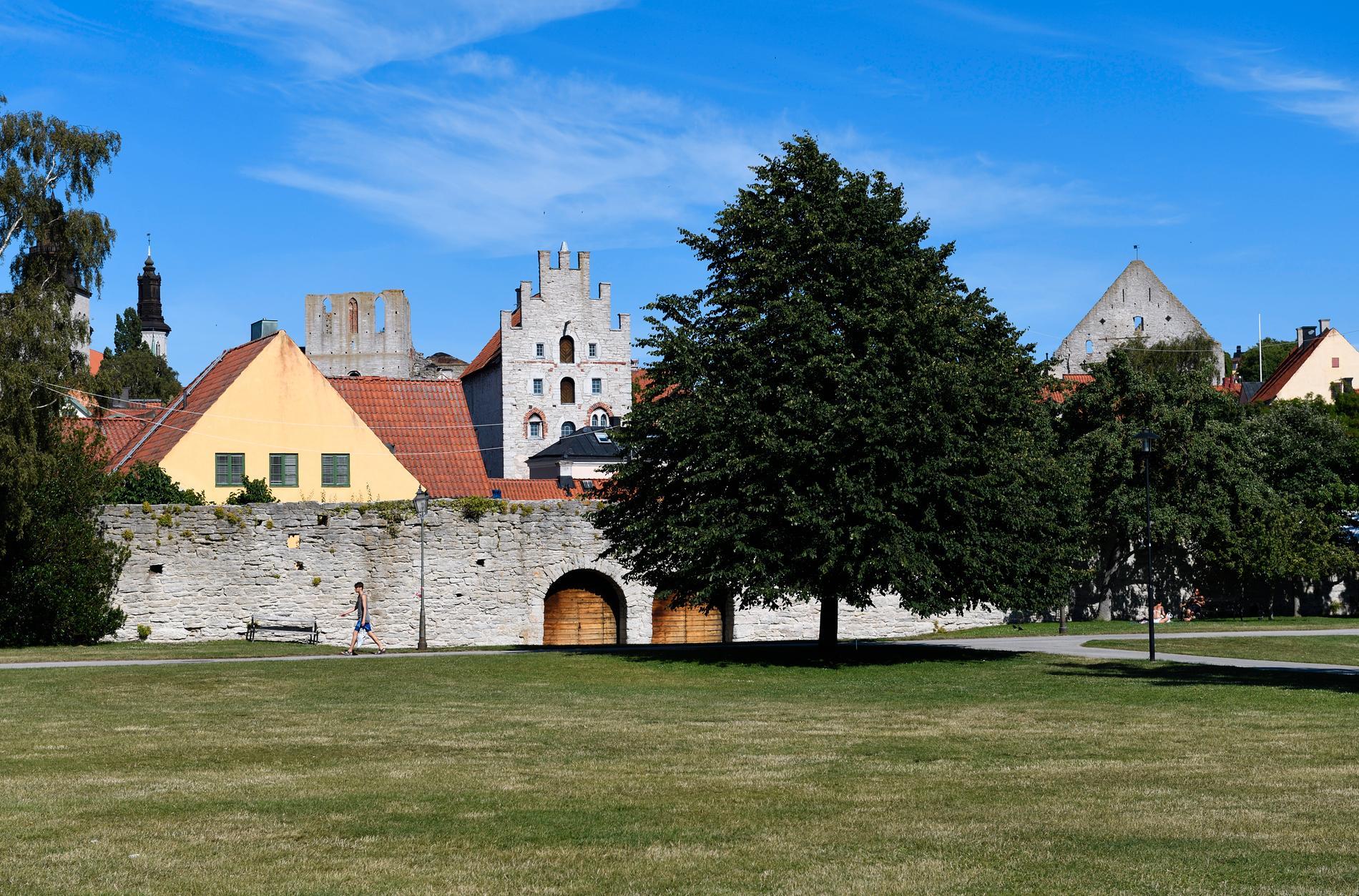 Att strosa innanför Visbys murar är en aktivitet i sig.