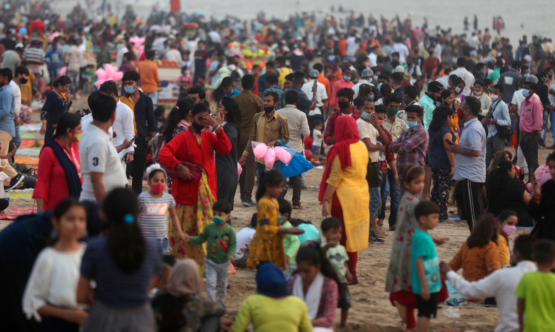 Trångt på stranden i Mumbai.