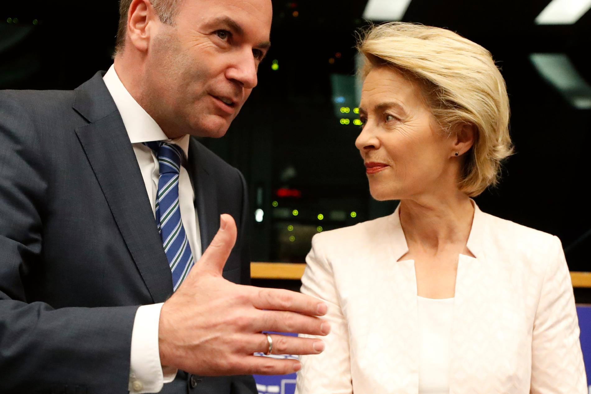 Ursula von der Leyen tillsammans med kristdemokratiskt konservativa partigruppen EPP:s tidigare spitzenkandidat Manfred Weber i EU-parlamentet i Strasbourg.