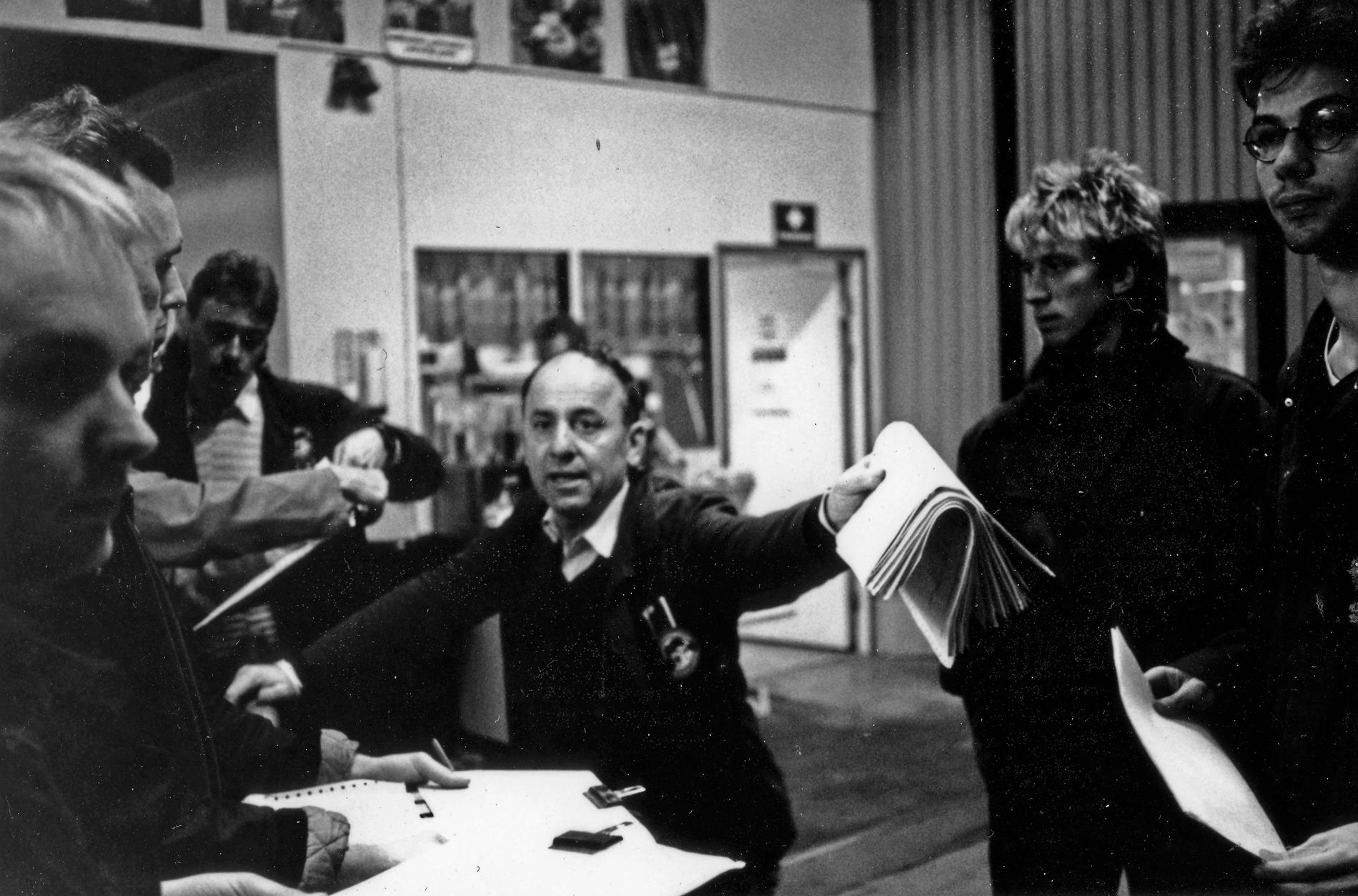Årsta partihallar 1982. Förmannen lottar ut veckans största order. Mikael Nyberg längst till höger.