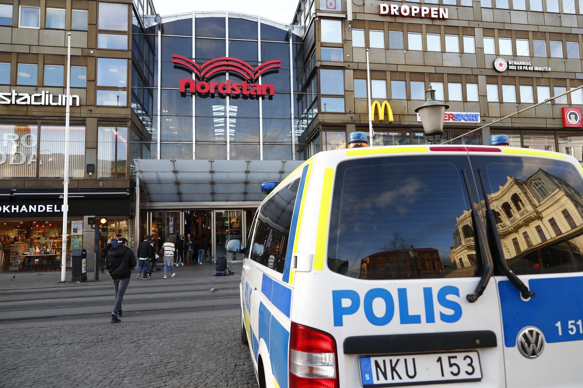 En man åtalas, misstänkt för bland annat mord, efter en knivattack nära Nordstan i centrala Göteborg i höstas. Arkivbild.