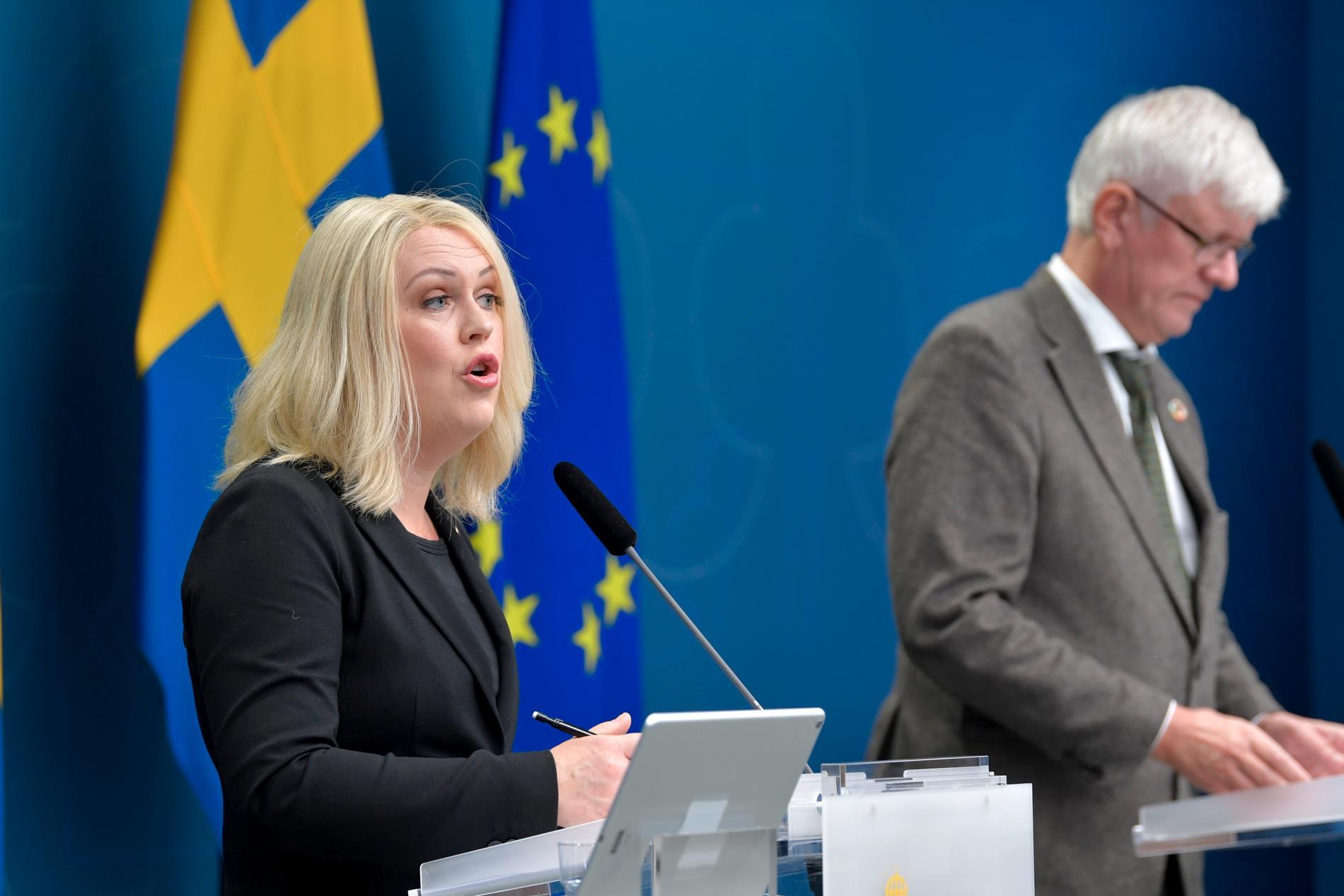 Socialminister Lena Hallengren (S) och Folkhälsomyndighetens generaldirektör Johan Carlson.