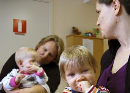 Karin Nilsson med dottern Matilda och Kajsa Olssson med dottern Hanna tycker att nupp-test borde erbjudas till alla.