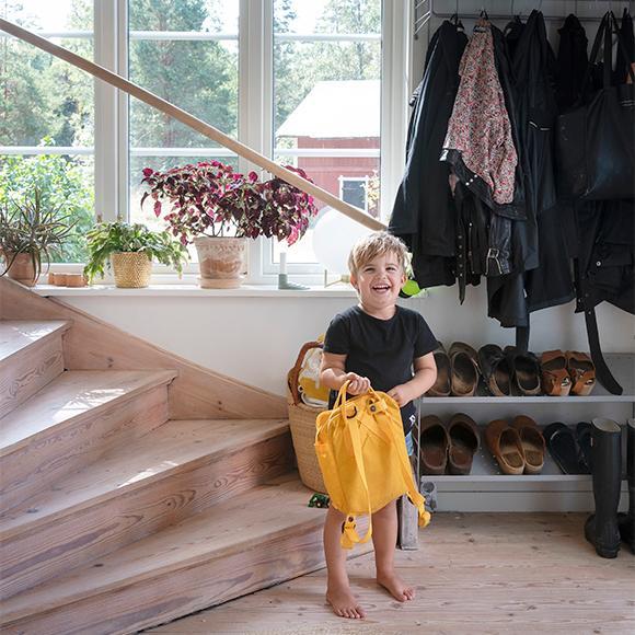 Gideon, 4 år, har bott hela sitt liv i huset. Trappan upp till övervåningen har Debora lagt ned mycket jobb på. Först fick hon riva bort en gammal matta, ta bort lim och sedan slipa ned fernissa innan trappan och golvet kunde slipas och vitlaseras.