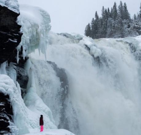 Sveriges största vattenfall kan ses i fast eller flytande form beroende på tid på året.