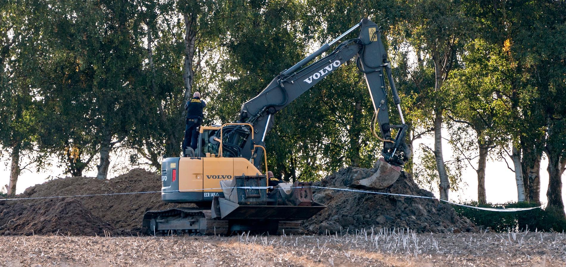 En manlig arbetare fick jordmassor över sig och dog under ett arbete på en åker utanför Skurp i söndags.