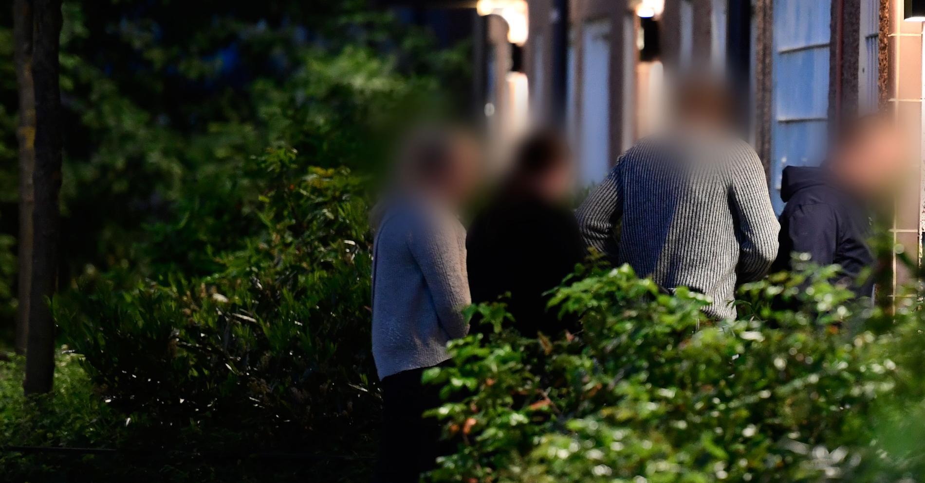 Polisen vid den misstänkte 66-åringens adress, natten mot måndag.