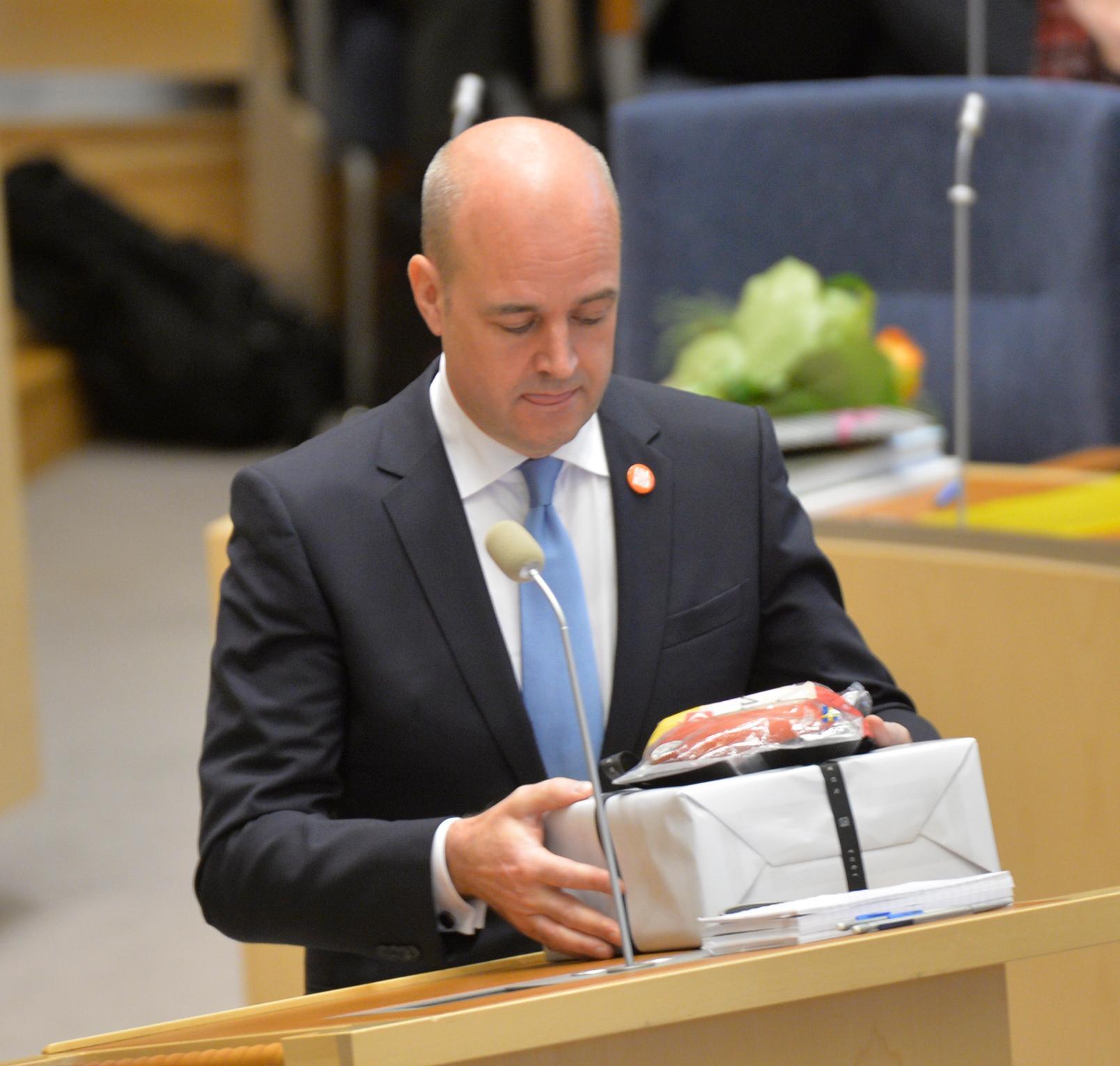 Fredrik Reinfeldt tar emot korvgrytan från Annie Lööf.