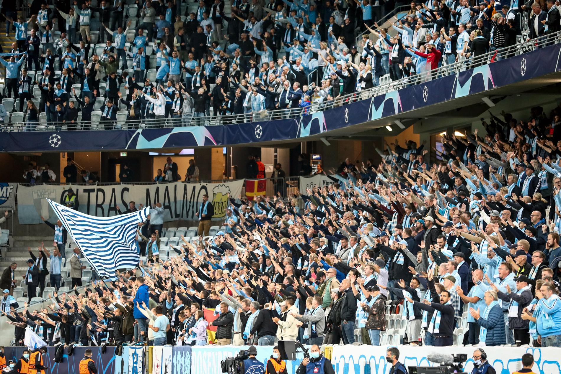 Malmö FF har markerat mot att supportrar kastat in föremål på plan. Arkivbild.