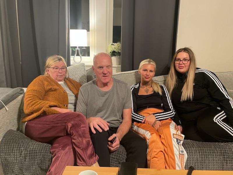 Siw Karlsson, Kai Koskinen, Miranda Karlsson och Julia Johansson bor alla tillsammans igen.