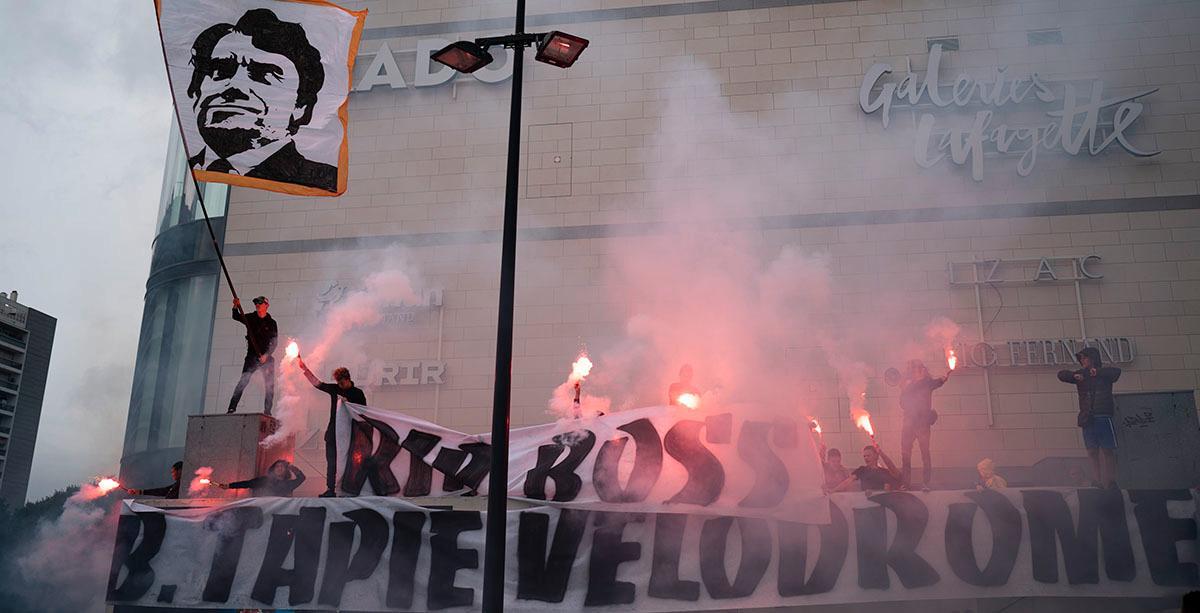 Fotbollsupportrar sörjde i söndags Bernard Tapie vid arenan Orange Vélodrome i Marseille.