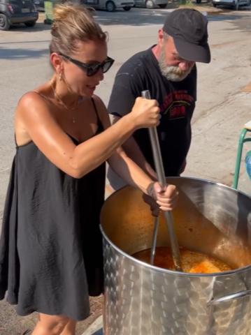 Alexndra Pascalidou hjälpte till att laga 2000 portioner mat till behövande på svårt brandhärjade Evia.