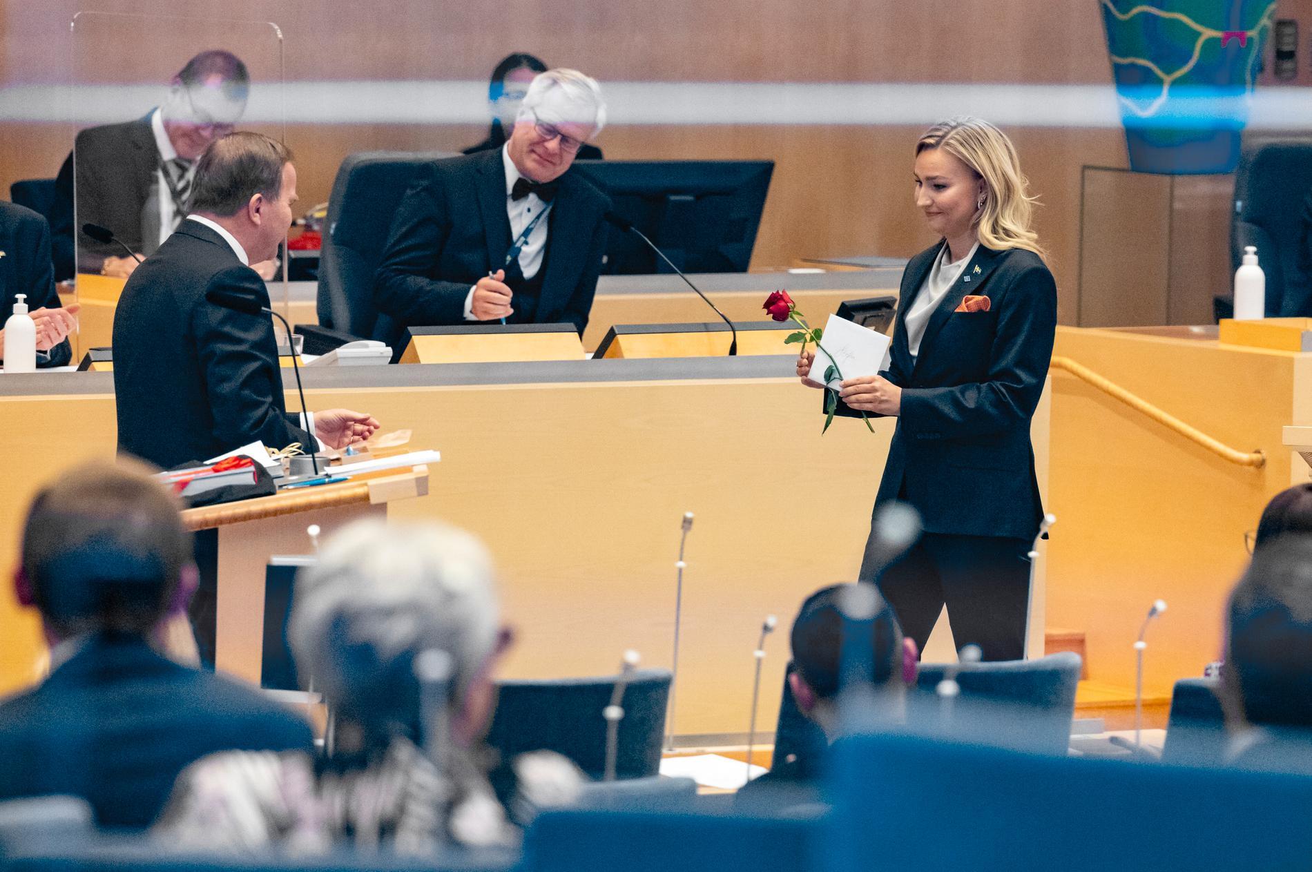 Stefan Löfven får en ros av Kristdemokraternas Ebba Busch (KD). Statsminister Stefan Löfven (S) tackas av efter hans sista partiledardebatt i riksdagen.