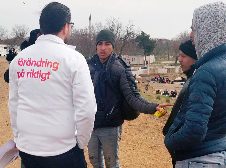 Jimmie Åkesson (SD) talar med flyktingar vid den grekisk-turkiska gränsen.