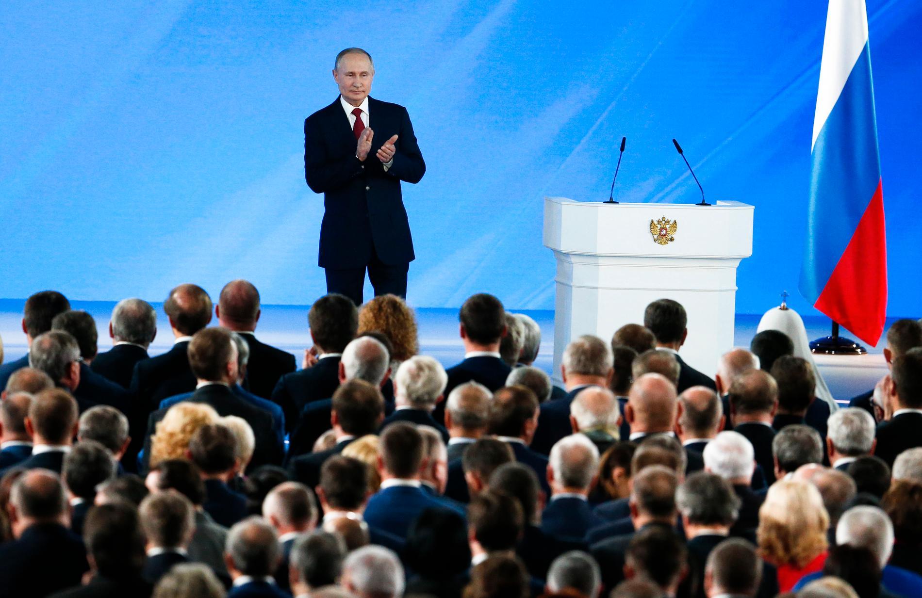 Kort efter president Vladimir Putins årliga tal i parlamentet avgick Rysslands regering.