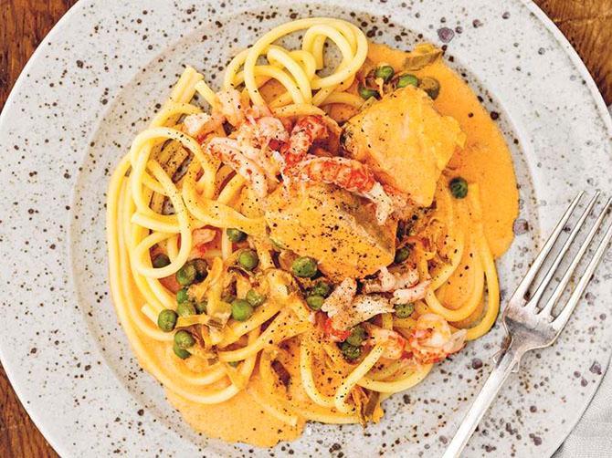 Krämig laxgryta med pasta.