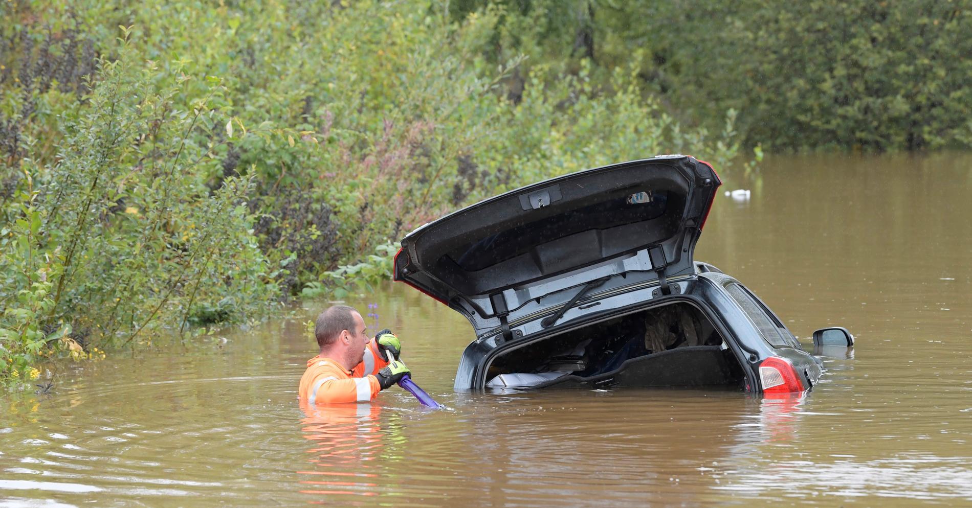 En bil i vatten på Källviksvägen i Falun efter kraftiga skyfall i slutet av augusti.