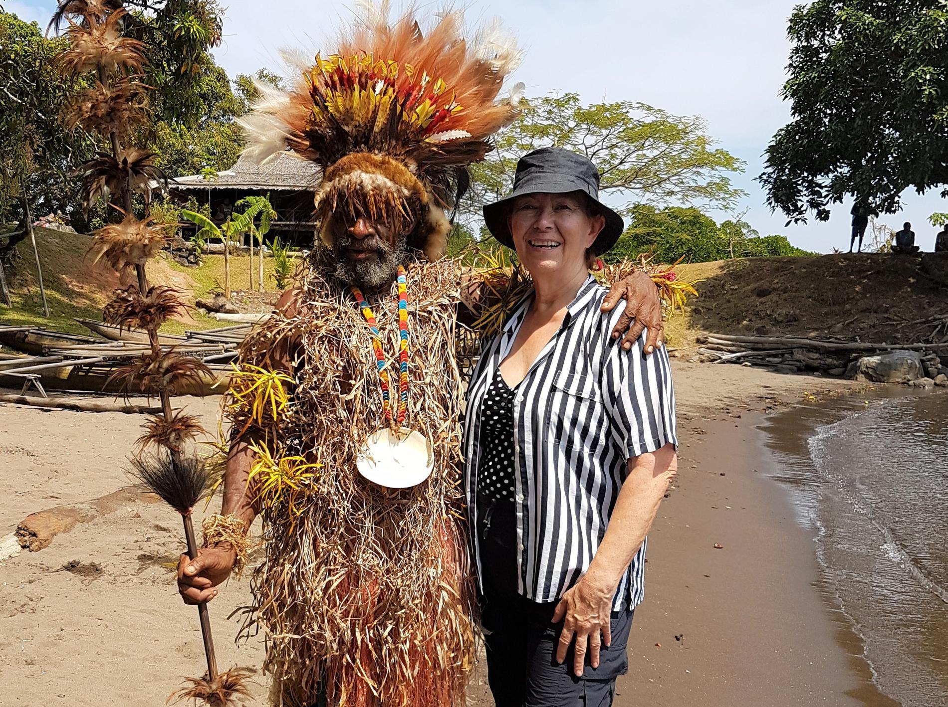 Britt-Marie mottogs med stil av denna hövding i Papua Nya Guinea.