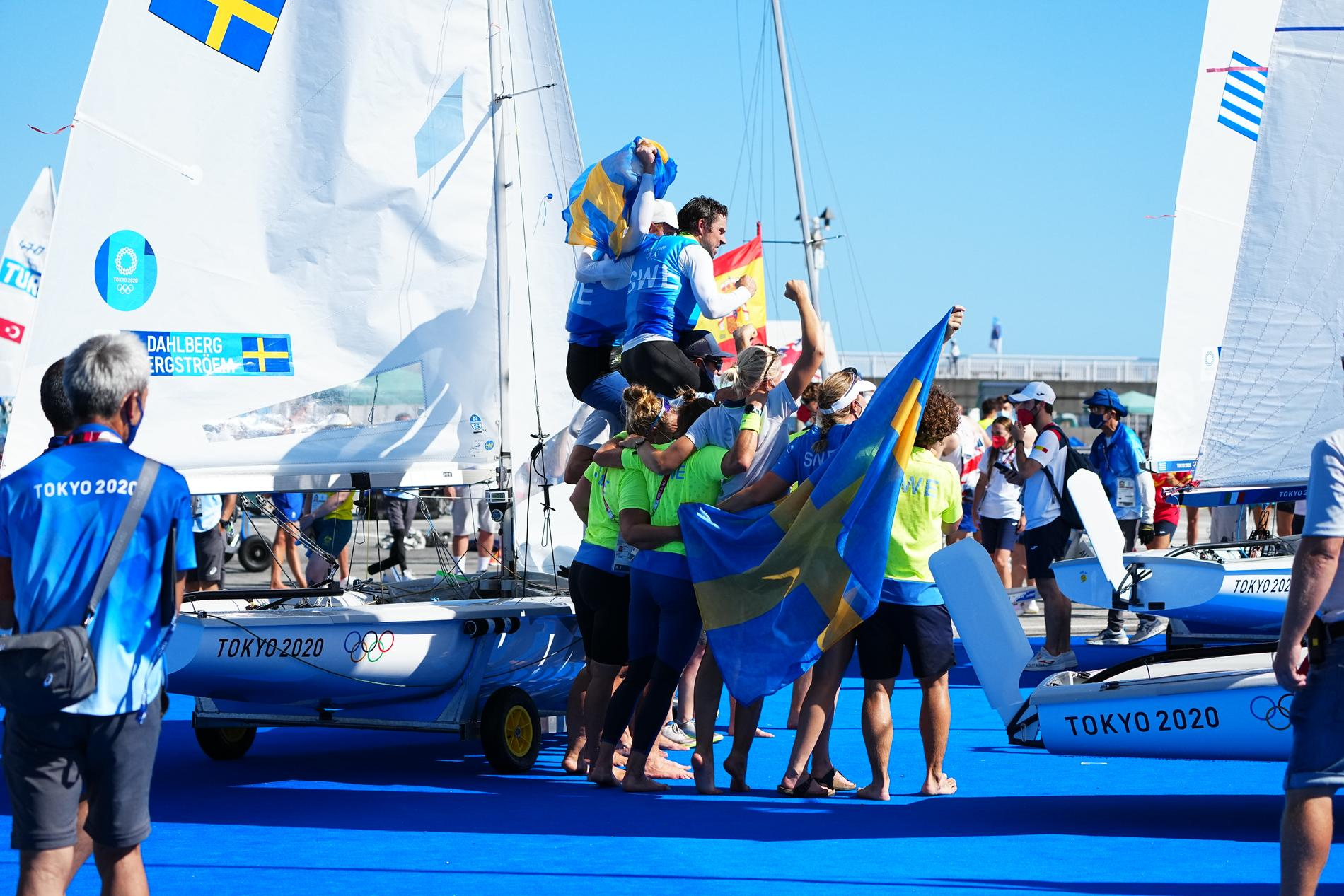 Fredrik Bergström och Anton Dahlberg hissas efter OS-silvret.
