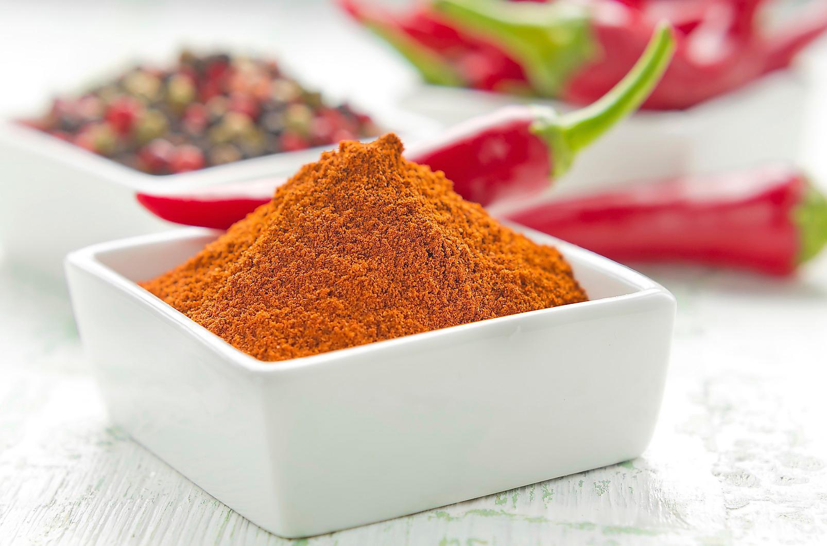 Krydda tillvaron med chili och cayennepeppar och sätt sprutt på förbränningen.