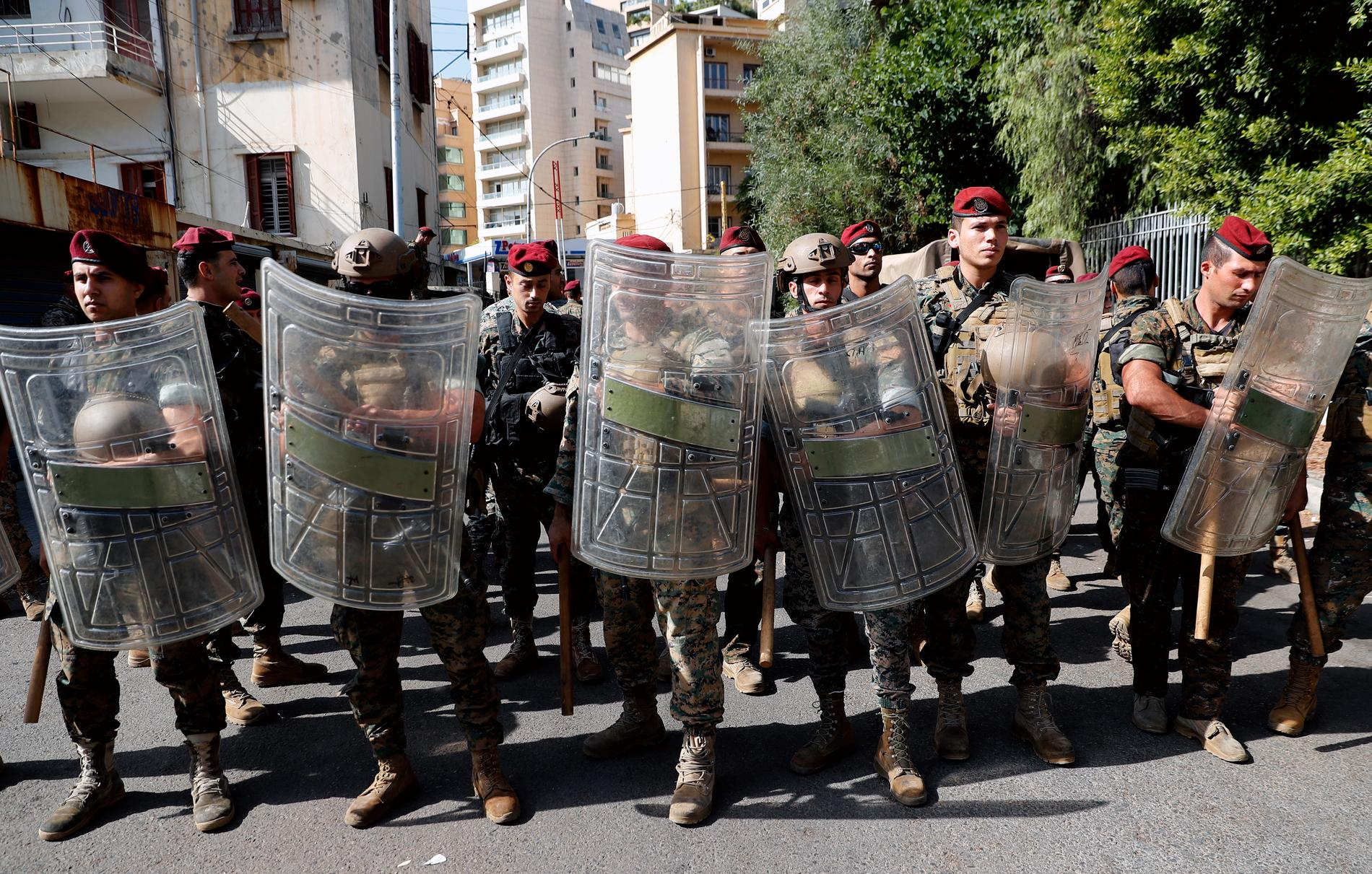 Libanesiska armén uppmanar civila att hålla sig från gatorna sedan protester blivit våldsamma.
