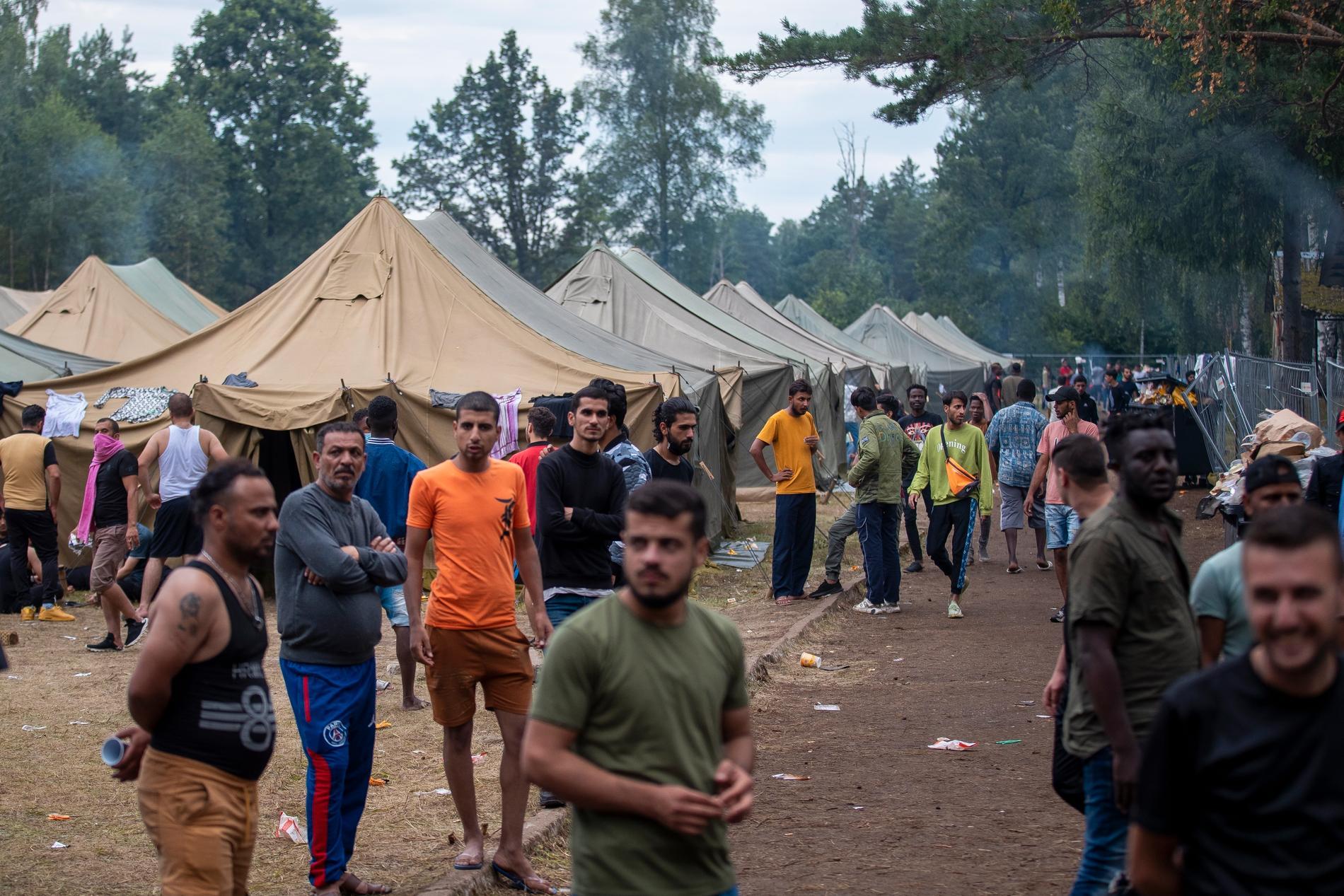 Migranter vid ett nybyggt flyktingläger i Litauen, nära gränsen till Belarus.